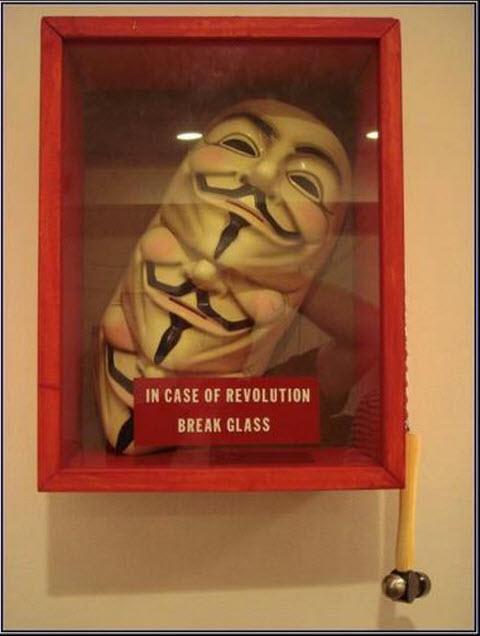 En caso de Revolución rompa el vidrio El Moderador